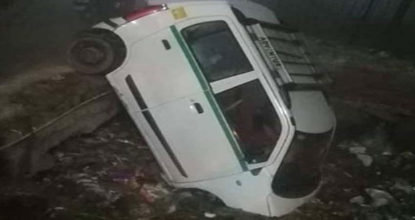 नाले में कार गिरी,चालक घंटों फंसा रहा,पुलिस ने निकाला