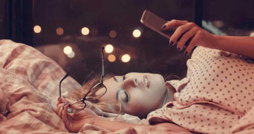 कहीं आपका Smartphone ना बन जाए आपकी Skin का दुश्मन, ऐसे करें देखभाल
