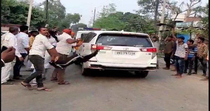 बिहार चुनाव: आरा में केंद्रीय मंत्री का हुआ विरोध, काले झंडे दिखा कर मुर्दाबाद के नारे लगाए