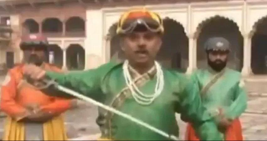 पाकिस्तानी संवाददाता ने Live news में ''शहंशाह'' बन दिखाई तलवार, वायरल हुई वीडियो