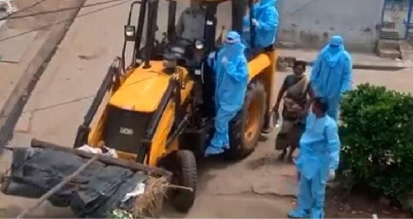 JCB से कोरोना पीड़ितों का शव ले गए श्मशान, नाराज सीएम ने दो अधिकारियों को किया सस्पेंड