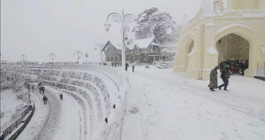 हिमाचल प्रदेश के पर्यटक स्थलों में ताजा बर्फबारी, लोग हुए खुश