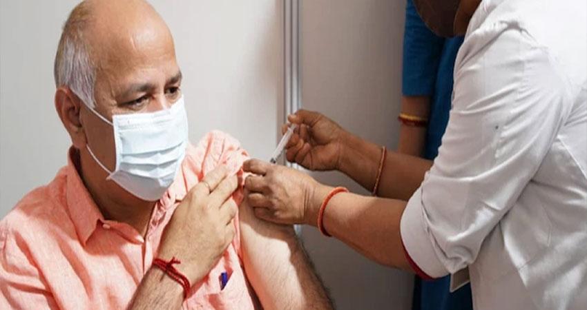 मनीष सिसोदिया ने लगवाया कोरोना का टीका, कहा- मिल जुलकर करें कोविड-19 का सामना