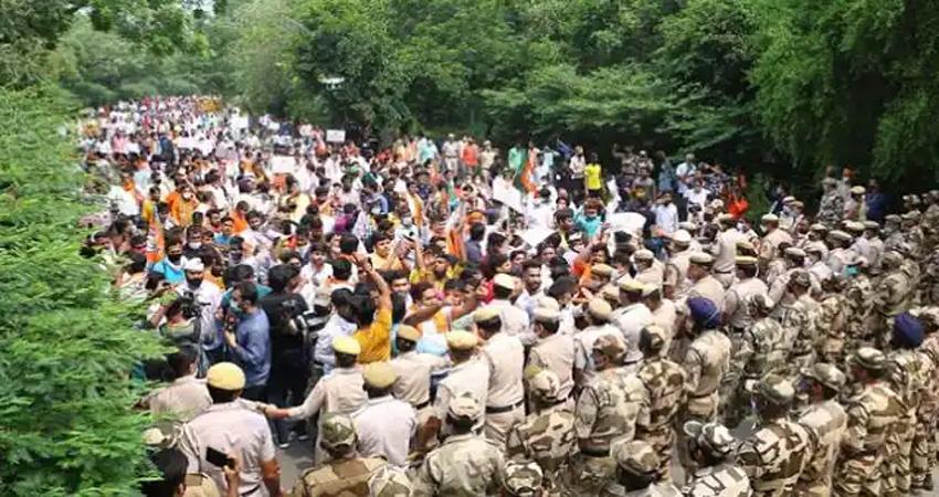 दिल्ली भाजपा ने जल संकट के मुद्दे पर केजरीवाल के आवास के पास प्रदर्शन किया