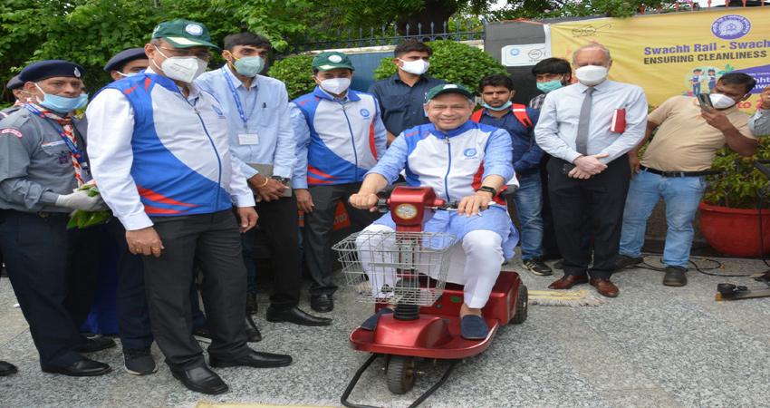 रेलमंत्री अश्विनी वैष्णव ने पकड़ी प्लेटफॉर्म पर फर्श को साफ करने वाली मशीन की स्टीयरिंग