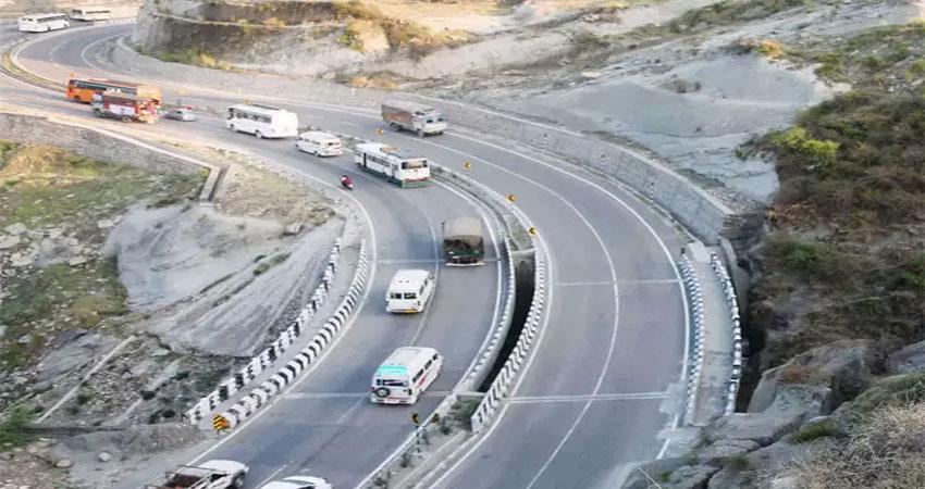 जम्मू-श्रीनगर राष्ट्रीय राजमार्ग तीसरे दिन भी रहा बंद, 1700 वाहन फंसे