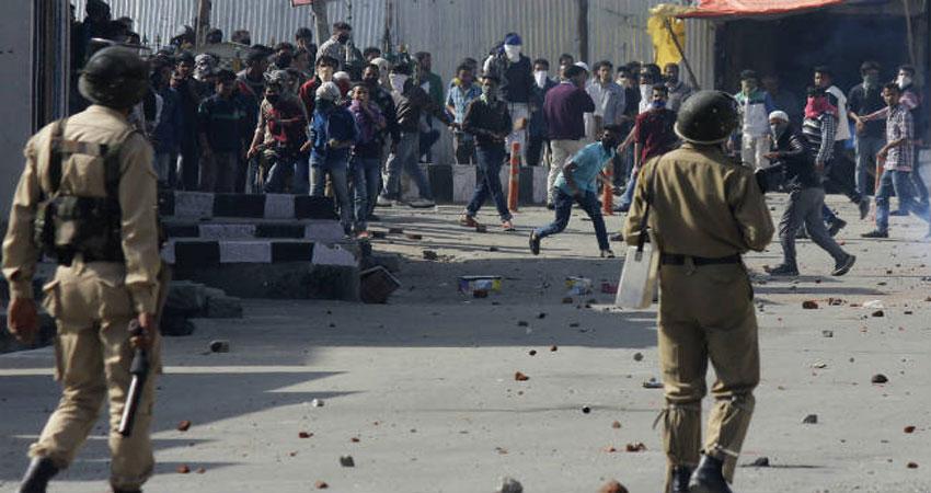 कश्मीर में हुई छुटपुट पत्थरबाजी, 100 से अधिक नेता गिरफ्तार,अधिकारी बोले हालात हैं सहज