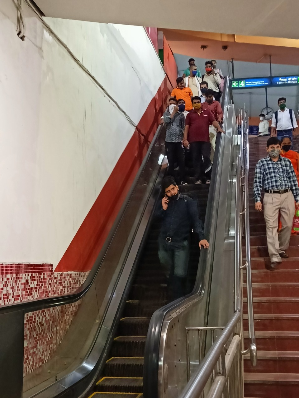 दिल्ली मेट्रो ने पहले-दूसरे चरण के मेट्रो स्टेशनों पर लगाए 22 नए एस्कलेटर्स