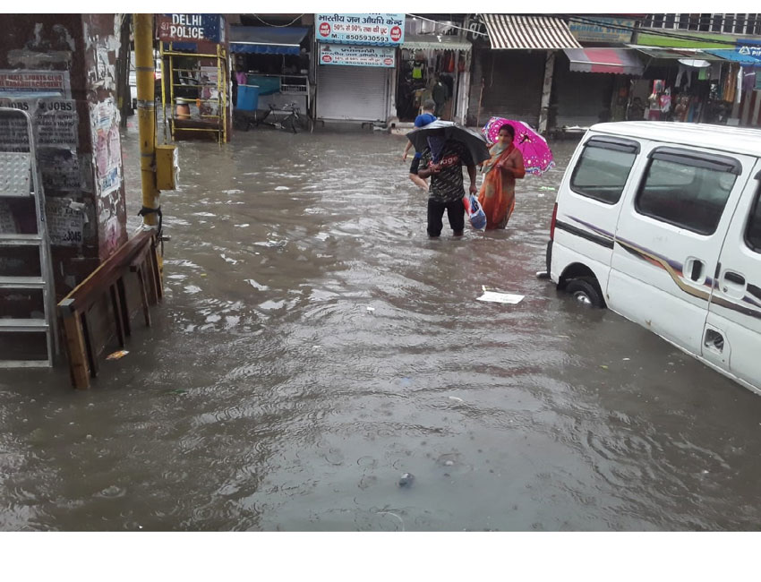 जल-जमाव ने कियालोगोंका सडकों पर चलना मुश्किल