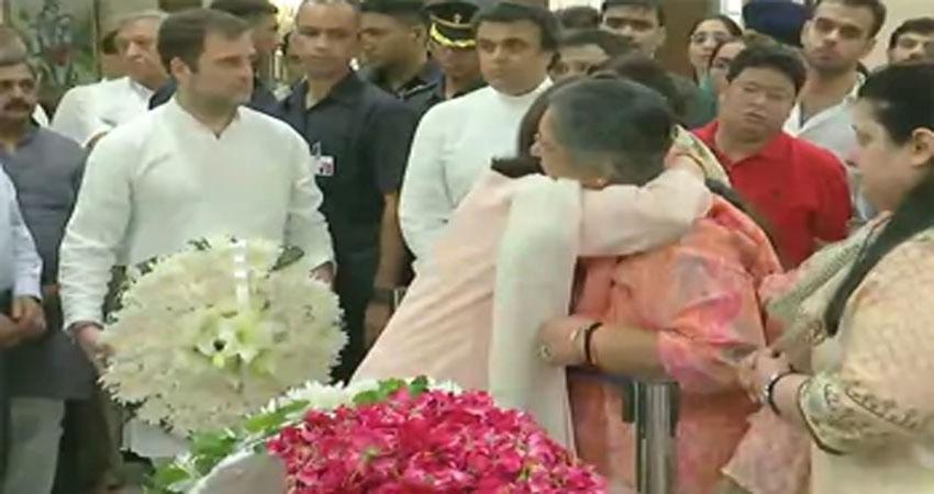 जेटली को श्रद्धांजलि देने पहुंचे सोनिया,राहुल और मनमोहन, परिवार को दी सांत्वना