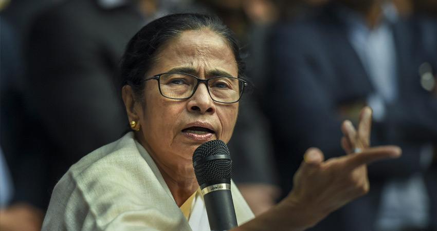 केंद्रीय बलों का घेराव करने के लिए उकसाने के आरोप में ममता के खिलाफ FIR