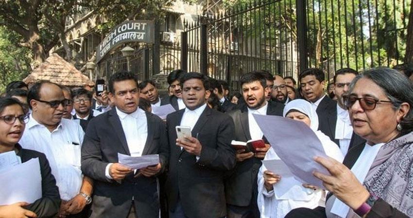 CAA: वकीलों नेबम्बई उच्च न्यायालय के बाहर किया प्रदर्शन,पढ़ी संविधान का प्रस्तावना