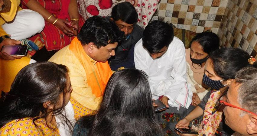 फायर बिग्रेड नेता कपिल मिश्रा ने रिंकू शर्मा के परिवार से की मुलाकात,1 करोड़ मदद का ऐलान