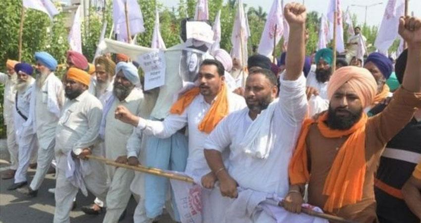 दिल्ली बॉर्डर पर प्रदर्शन कर रहे किसानों ने लोहड़ी पर कृषि कानून की जलाईं प्रतियां
