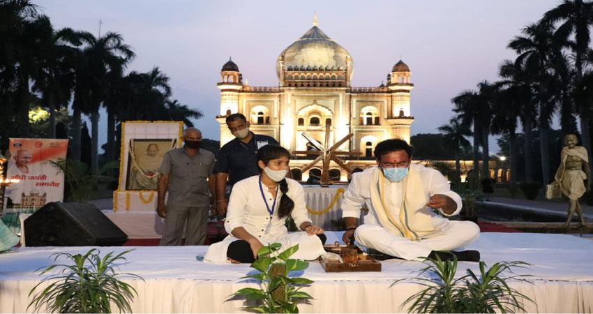 सफदरजंग मकबरे पर संस्कृति मंत्री ने चलाया चरखा