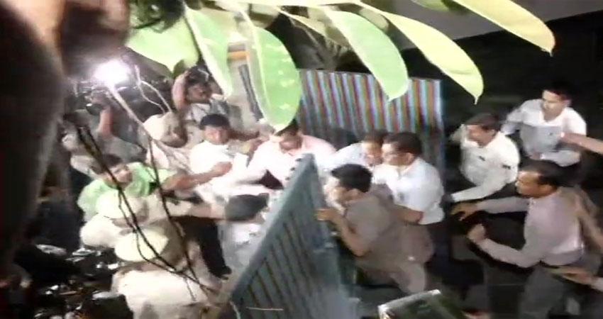 #Chidambaram के घर के बाहर हाई वोल्टेज ड्रामा, पुलिस ने कांग्रेसी कार्यकर्ताओं को धरा