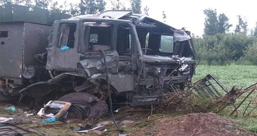 पुलवामा में सेना के काफिले पर IED से हमला, 9 जवान घायल