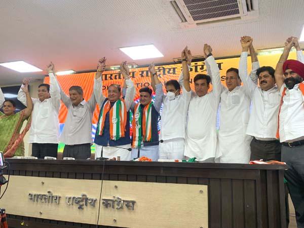 उत्तराखंड में भाजपा को बड़ा सियासी झटका, मंत्री यशपाल आर्य और उनके विधायक पुत्र ने कांग्रेस का हाथ थ