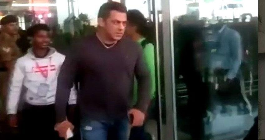 सलमान को आया गुस्सा, एयरपोर्ट पर सेल्फी लेते वक्त छीन लिया प्रशंसक का फोन, देखें Video