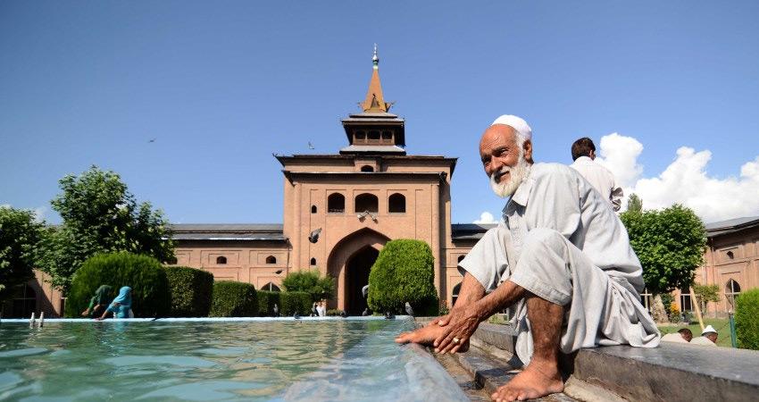 कश्मीर की बड़ी मस्जिदों में जुमे की नमाज पर अभी भी जारी हैं पाबंदियां