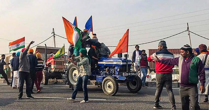 किसानों पर हरियाणा राजस्थान सीमा पर पुलिस ने की पानी की बौछार, आंसू गैस के गोले छोड़े