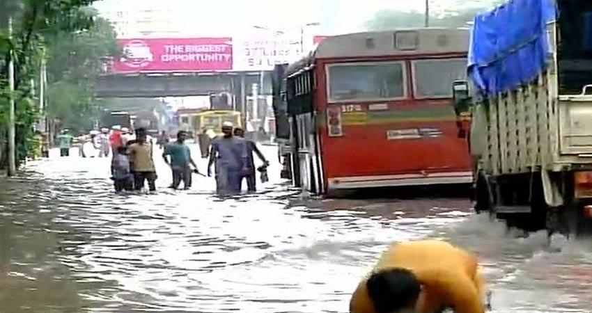 बारिश से मुंबई का हुआ बुरा हाल, तेज बहाव की चपेट में आए चार लोग