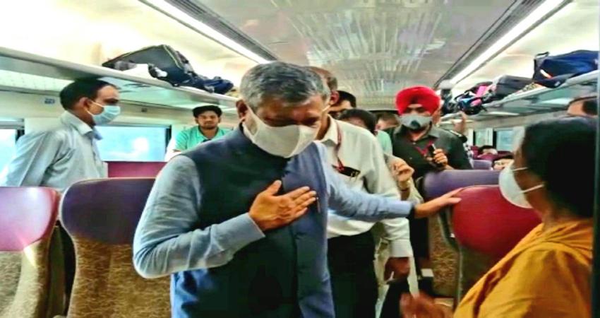 वंदे भारत एक्सप्रेस में सवार हुए रेलमंत्री अश्विनी वैष्णव, यात्रियों के बीच बैठे और पूछा हालचाल