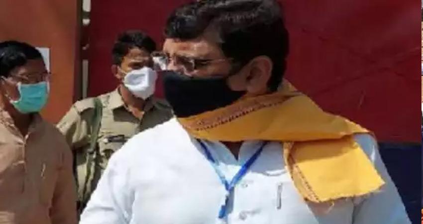 हाथरथ कांड : अलीगढ़ जेल पहुंचे भाजपा सांसद राजवीर सिंह दिलेर, कांग्रेस ने उठाए सवाल