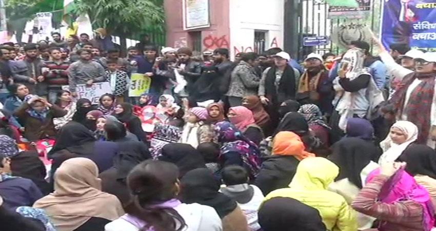 Delhi: CAA और NRC के खिलाफ प्रदर्शनों में गूंजे ''आजादी'' के नारे