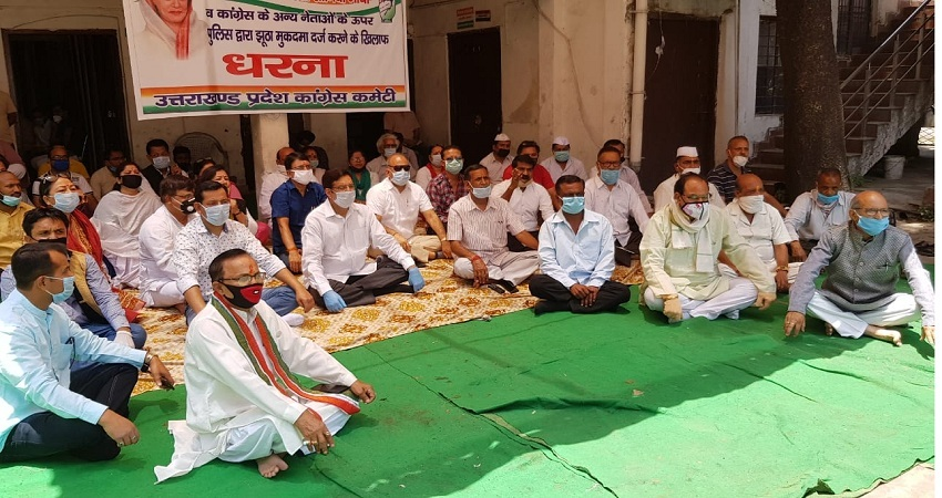 सोनिया गांधी पर कर्नाटक में दर्ज FIR के विरोध में कांग्रेस का धरना