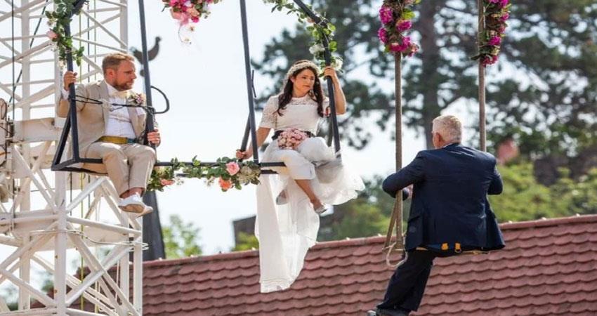 अजब-गजब: इस कपल ने हवा में लटकर की शादी, देखने वालों का लगा तातां