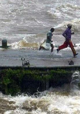 #KeralaFloods: गंभीर स्थिति में फंसे लोग सोशल...